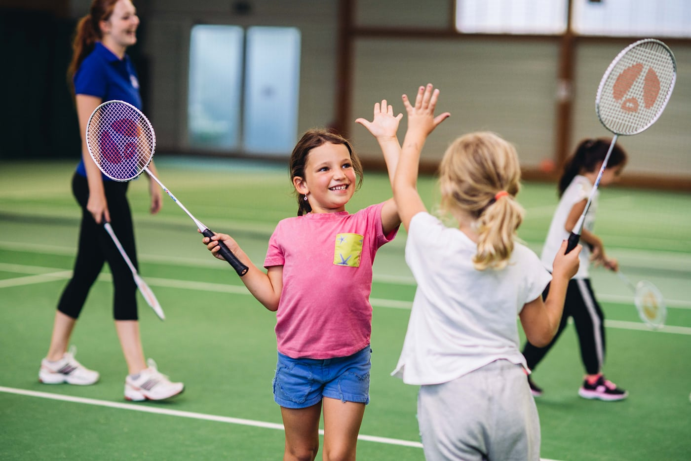 Kinder spielen Badminton in Sport Arena
