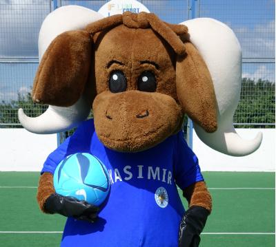 Maskottchen Kasimir beim Fußball spielen