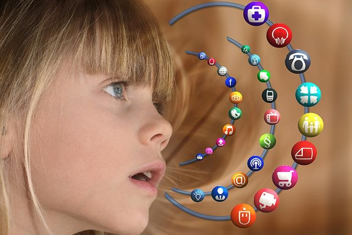 Mädchen mit social media icons