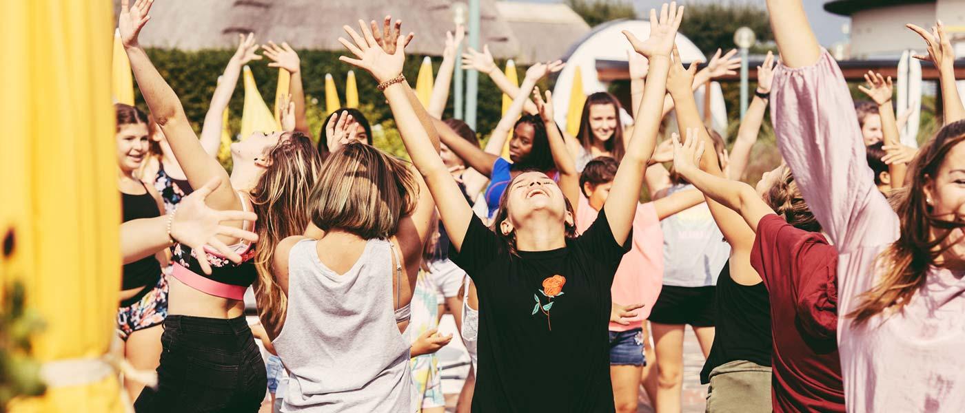 Jugendliche tanzen bei der Sommer Fun Parade im Reserve