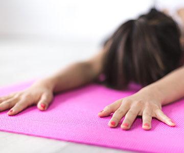 Frau bei Yogaübungen